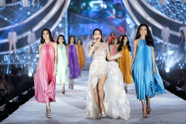 Chi Pu diện váy táo bạo trên sân khấu Hoa hậu Việt Nam 2020 - Ảnh 8.