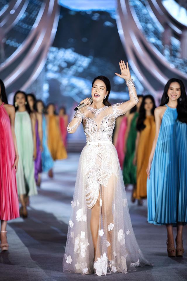 Chi Pu diện váy táo bạo trên sân khấu Hoa hậu Việt Nam 2020 - Ảnh 9.
