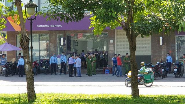 Thanh niên tẩm xăng cướp ngân hàng, tự thiêu khi bị truy bắt ở TP.HCM - Ảnh 1.
