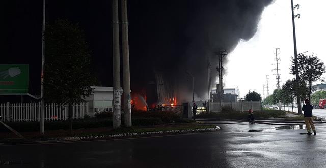 Cháy lớn tại công ty sản xuất nhựa xốp ở khu công nghiệp Vân Trung - Ảnh 1.
