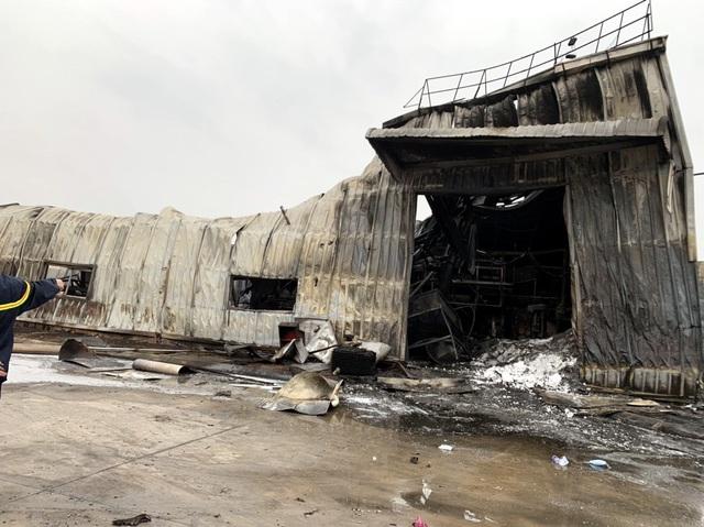 Cháy lớn tại công ty sản xuất nhựa xốp ở khu công nghiệp Vân Trung - Ảnh 2.