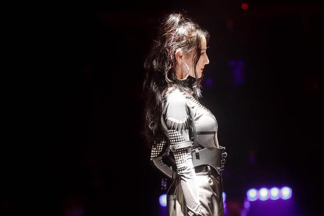 Địch Lệ Nhiệt Ba cực nóng bỏng trong trang phục game thủ - Ảnh 4.
