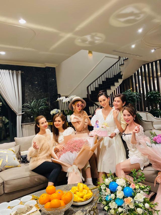 Lã Thanh Huyền đón sinh nhật muộn tại biệt thự sang chảnh cùng hội bạn thân - Ảnh 9.
