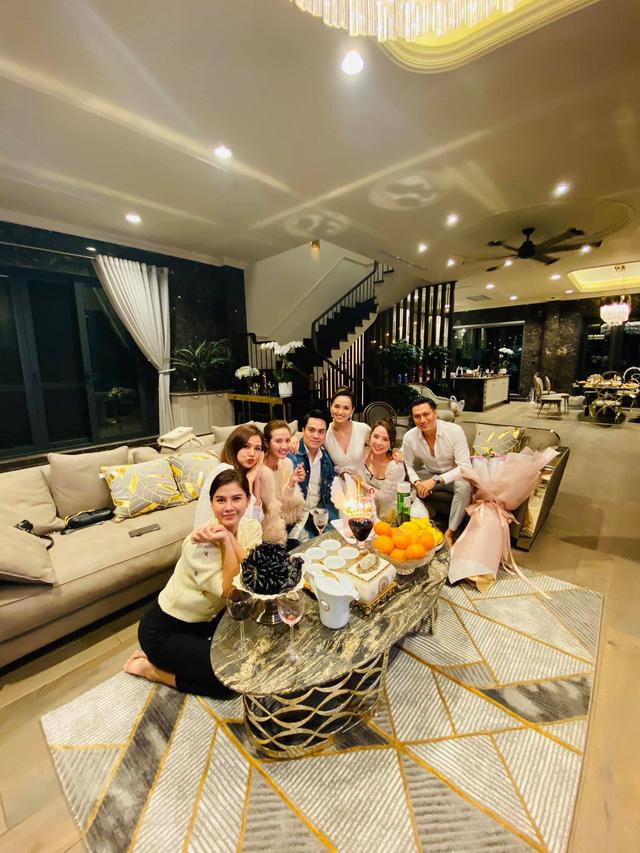 Lã Thanh Huyền đón sinh nhật muộn tại biệt thự sang chảnh cùng hội bạn thân - Ảnh 7.