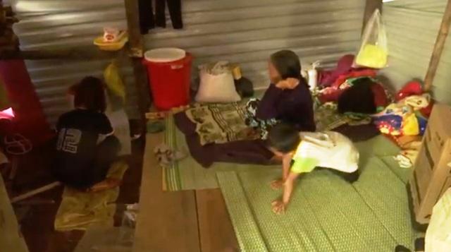 Mái nhà tạm cho những hộ dân bị mất nhà cửa trong trận sạt lở ở Trà Leng - Ảnh 1.