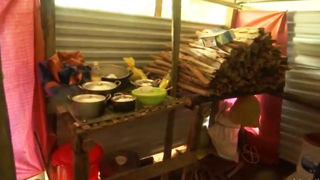 Mái nhà tạm cho những hộ dân bị mất nhà cửa trong trận sạt lở ở Trà Leng - Ảnh 2.