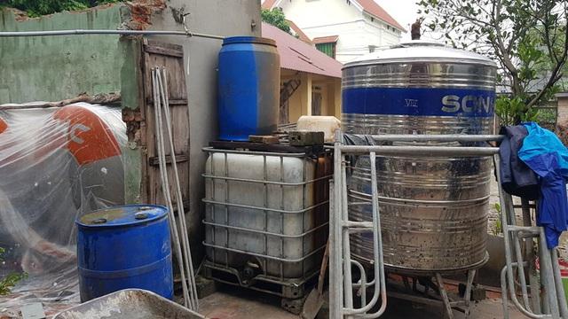 Mục sở thị dây chuyền sản xuất rượu gây ngộ độc chết người - Ảnh 2.