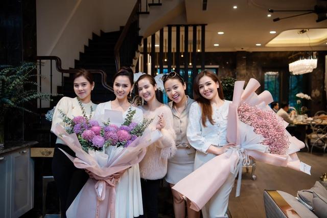 Lã Thanh Huyền đón sinh nhật muộn tại biệt thự sang chảnh cùng hội bạn thân - Ảnh 4.