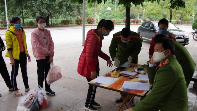 Tiếp nhận 46 công dân xuất cảnh trái phép bị Trung Quốc trao trả - Ảnh 2.