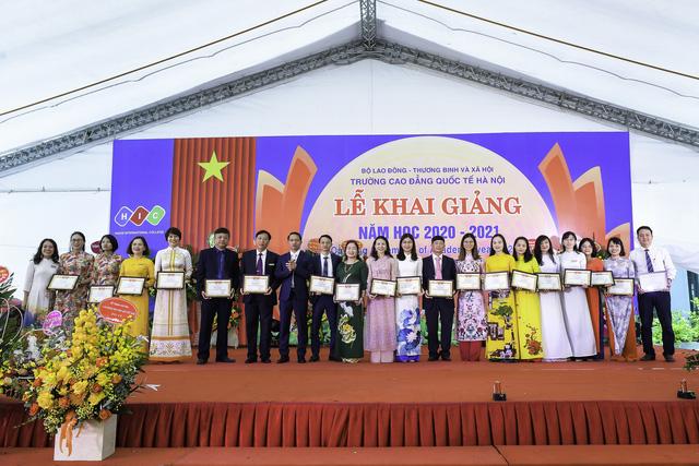 CĐ Quốc tế Hà Nội chung tay hướng về miền Trung, ủng hộ 200 chăn ấm và đồ dùng - Ảnh 6.