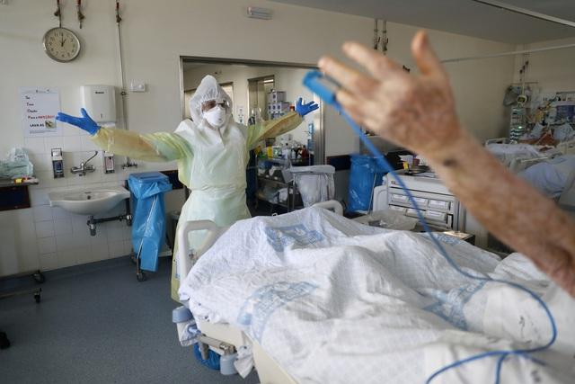 Số người tử vong do COVID-19 tăng kỷ lục, Bồ Đào Nha đóng cửa phần lớn đất nước - Ảnh 2.