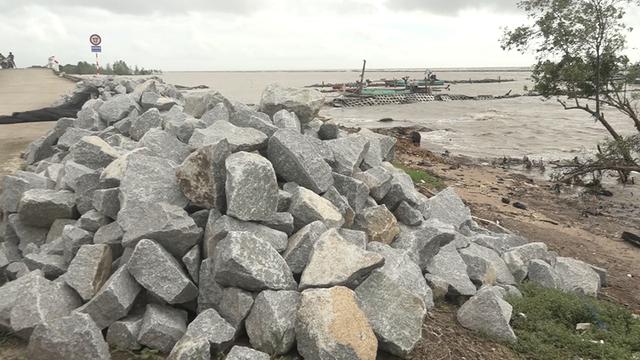 Đê biển Tây sạt lở nghiêm trọng mùa mưa bão - Ảnh 2.
