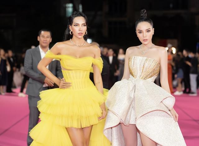Tiểu Vy, Đỗ Mỹ Linh đọ trang sức bạc tỷ trên thảm đỏ Chung kết toàn quốc Hoa hậu Việt Nam 2020 - Ảnh 9.