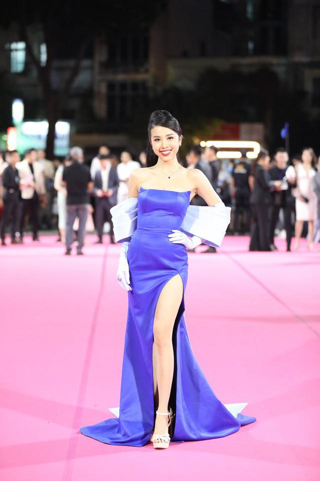 Tiểu Vy, Đỗ Mỹ Linh đọ trang sức bạc tỷ trên thảm đỏ Chung kết toàn quốc Hoa hậu Việt Nam 2020 - Ảnh 6.