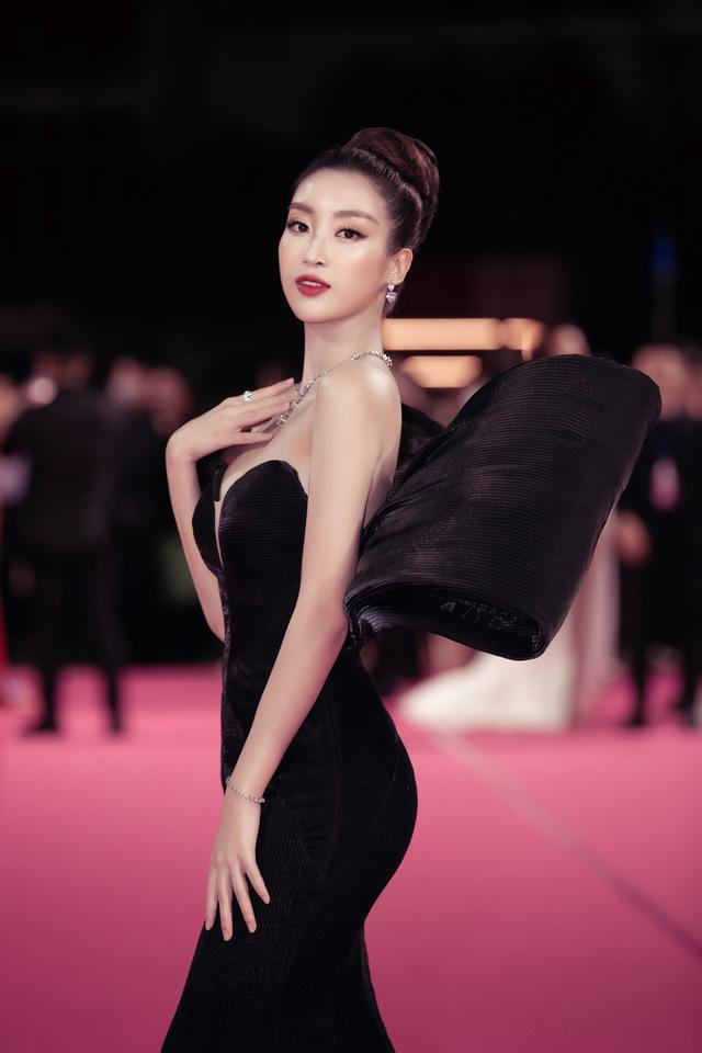 Tiểu Vy, Đỗ Mỹ Linh đọ trang sức bạc tỷ trên thảm đỏ Chung kết toàn quốc Hoa hậu Việt Nam 2020 - Ảnh 2.