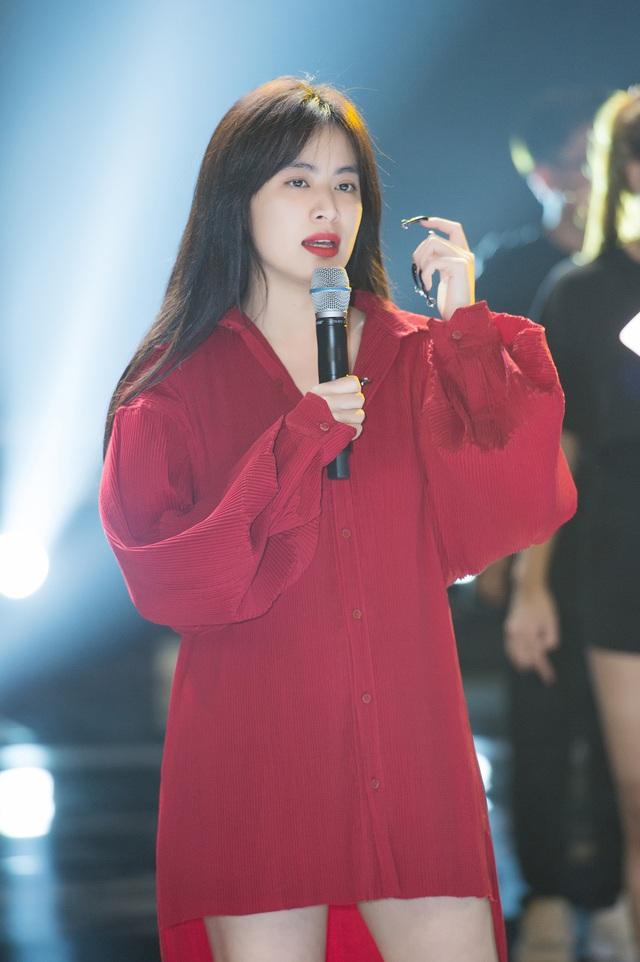 Hoàng Thùy Linh tập tổng duyệt Chung kết Hoa hậu Việt Nam 2020 - Ảnh 3.