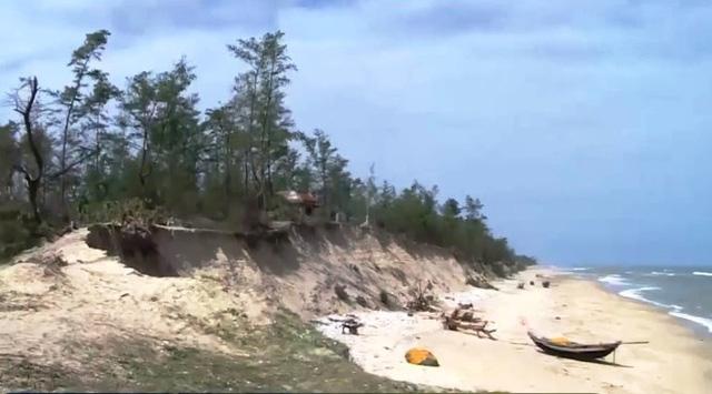 Sạt lở hơn 30km bờ biển ở Thừa Thiên - Huế  - Ảnh 1.