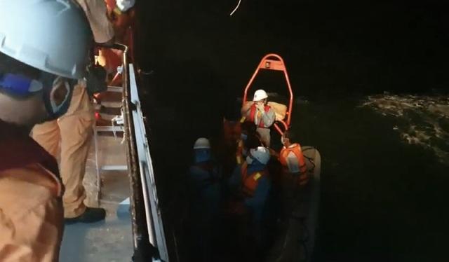 Cứu 4 thuyền viên bị chìm tàu trên biển Vũng Tàu vào bờ an toàn - Ảnh 1.