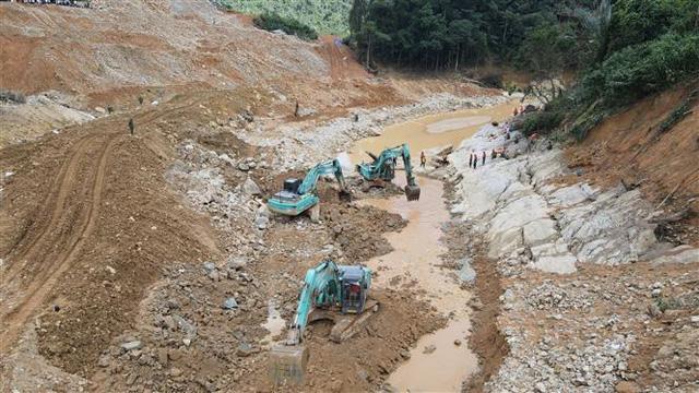 Tìm thấy thi thể 1 công nhân mất tích tại lòng sông Rào Trăng - Ảnh 2.