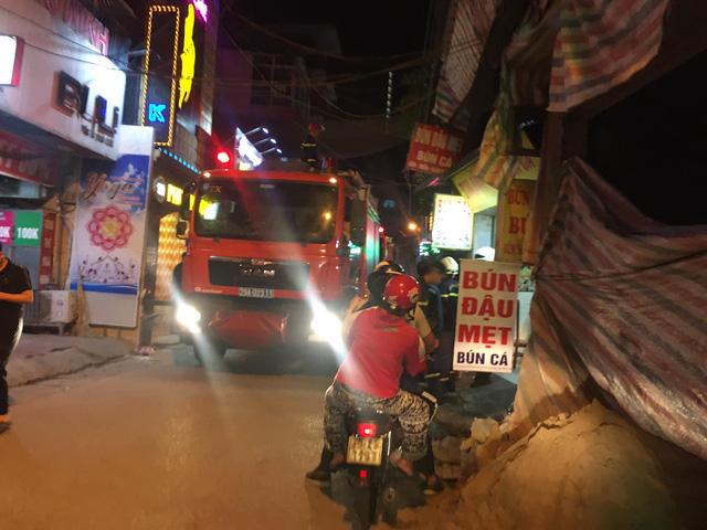 Hà Nội: Đối tượng cố thủ trong nhà ném bom xăng xuống đường gây náo loạn tại hồ Triều Khúc - ảnh 2