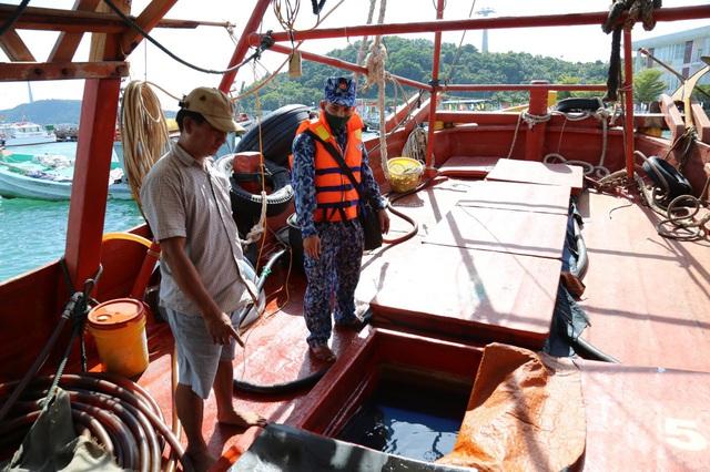 Bắt giữ tàu chở dầu không rõ nguồn gốc trên vùng biển Tây Nam - Ảnh 2.
