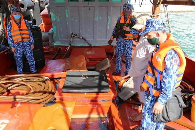 Bắt giữ tàu chở dầu không rõ nguồn gốc trên vùng biển Tây Nam - Ảnh 3.