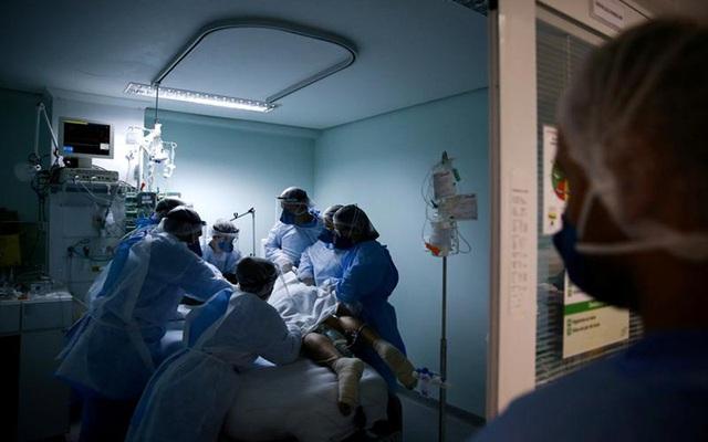 Nhiều bệnh viện châu Âu kiệt sức vì COVID-19 - Ảnh 1.
