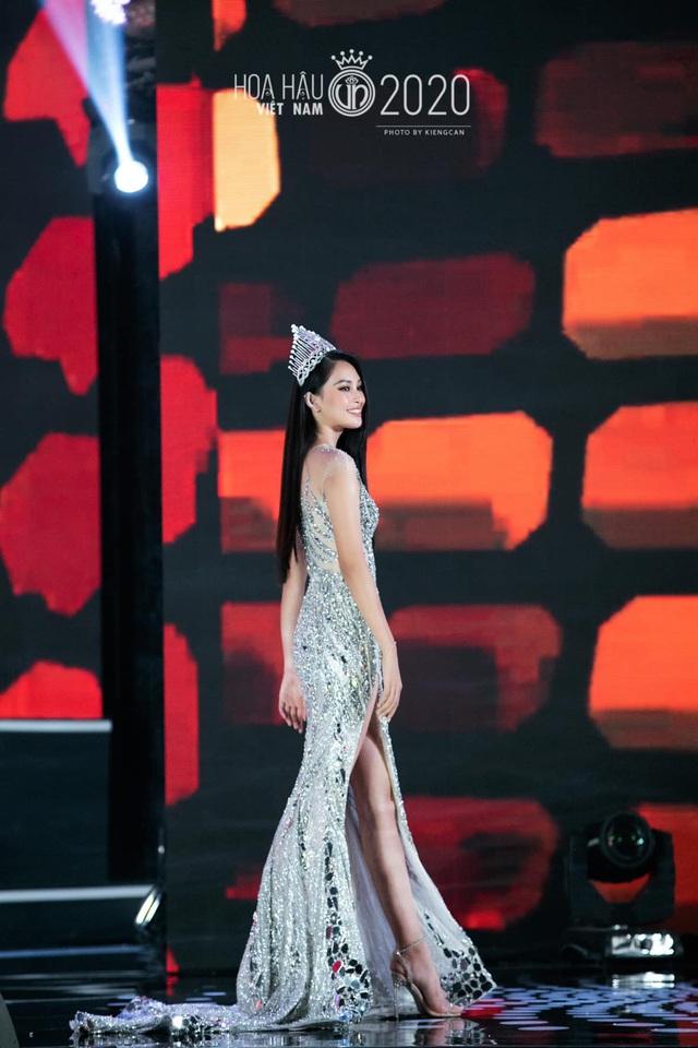 Tiểu Vy khóc không dừng khi chuyển giao vương miện Hoa hậu Việt Nam - Ảnh 2.