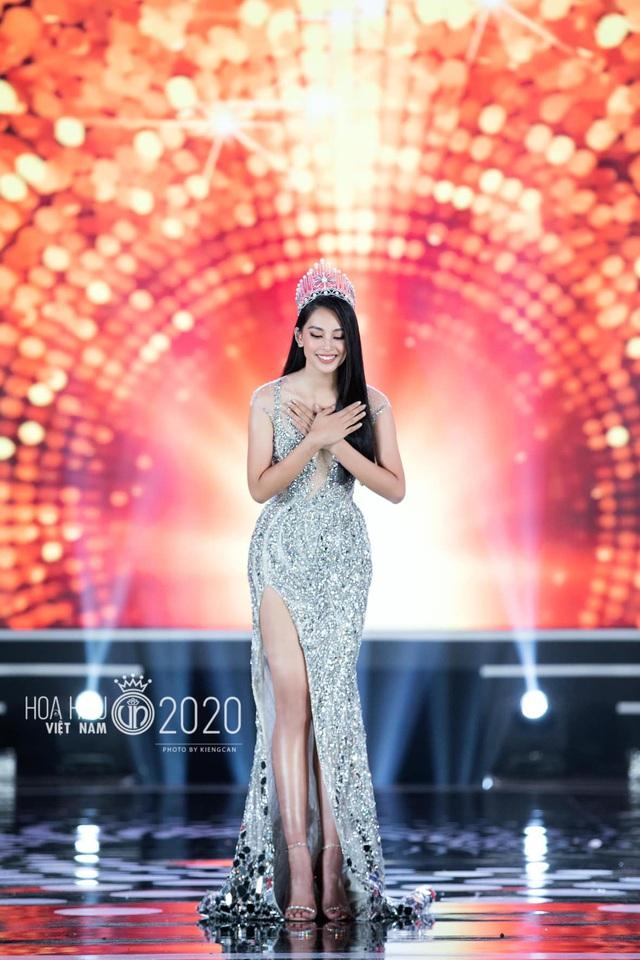 Tiểu Vy khóc không dừng khi chuyển giao vương miện Hoa hậu Việt Nam - Ảnh 5.