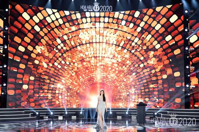 Tiểu Vy khóc không dừng khi chuyển giao vương miện Hoa hậu Việt Nam - Ảnh 3.