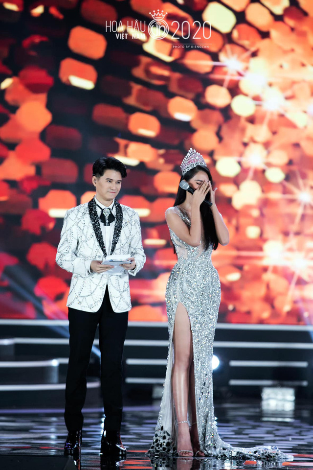 Tiểu Vy khóc không dừng khi chuyển giao vương miện Hoa hậu Việt Nam - Ảnh 7.