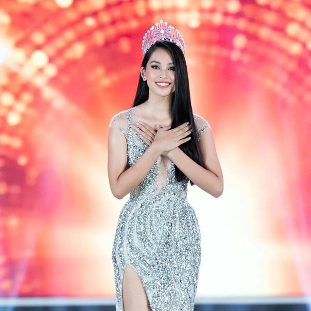Tiểu Vy khóc không dừng khi chuyển giao vương miện Hoa hậu Việt Nam - Ảnh 1.