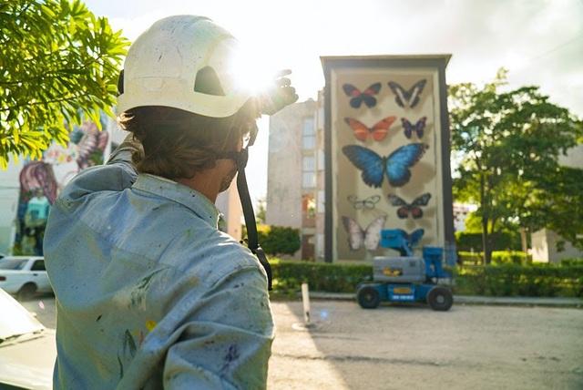 """Kỳ ảo """"bươm bướm"""" siêu thực xếp kín các tòa nhà - Ảnh 2."""