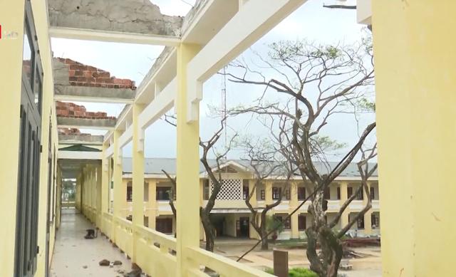 Trường học tan hoang, ngổn ngang sau bão lũ - Ảnh 1.