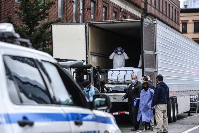 Mỹ: Hàng trăm thi thể nạn nhân COVID-19 vẫn nằm trong xe đông lạnh từ tháng 4 - Ảnh 1.