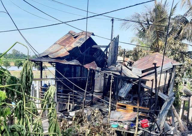 Hỏa hoạn thiêu rụi 7 căn nhà ở TP Châu Đốc - Ảnh 1.