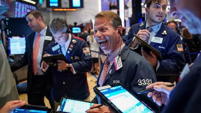 Dow Jones vượt mốc hơn 30.000 điểm lần đầu tiên trong lịch sử - ảnh 2