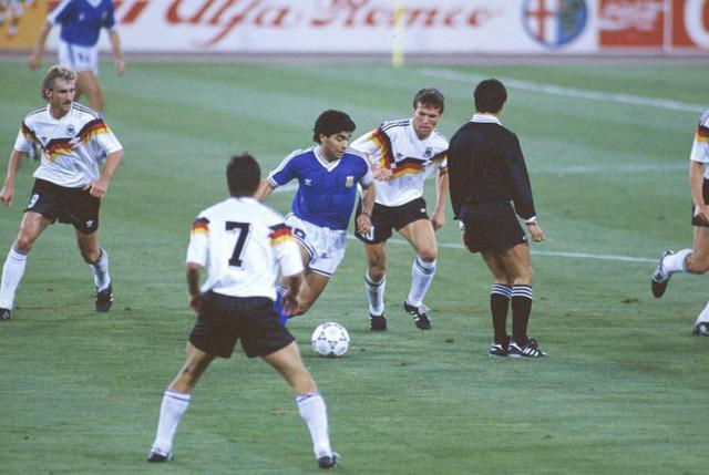 """Diego Maradona - Tiểu sử và thành tích của """"cậu bé vàng"""" Argentina - Ảnh 13."""