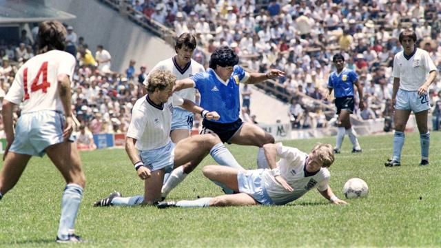 Nhìn lại hai bàn thắng lịch sử của Diego Maradona vào lưới tuyển Anh ở World Cup 1986 - Ảnh 3.