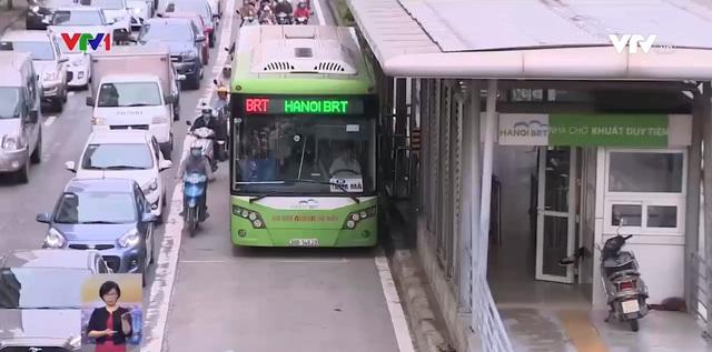 Thêm làn đường riêng cho xe bus ở Hà Nội: Liệu có giải quyết ùn tắc? - Ảnh 1.