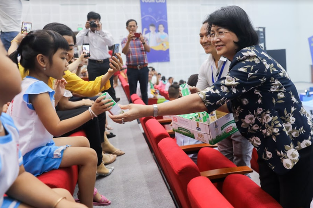 Vinamilk tổ chức ngày hội sữa học đường, mang niềm vui uống sữa tại trường đến với trẻ em Vĩnh Long - Ảnh 2.