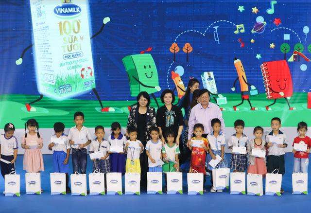 Vinamilk tổ chức ngày hội sữa học đường, mang niềm vui uống sữa tại trường đến với trẻ em Vĩnh Long - Ảnh 5.