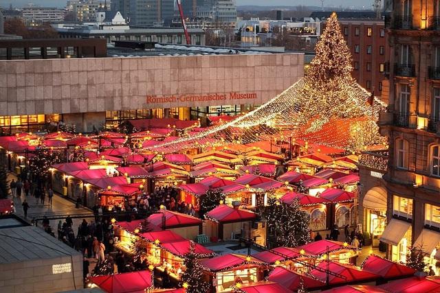 Mùa lễ hội khác biệt do COVID-19: Đi chợ qua cửa kính ô tô, chocolate ông già Noel đeo khẩu trang... - ảnh 3