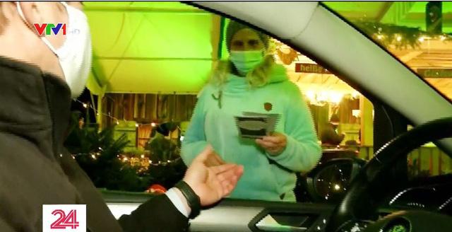 Mùa lễ hội khác biệt do COVID-19: Đi chợ qua cửa kính ô tô, chocolate ông già Noel đeo khẩu trang... - ảnh 4