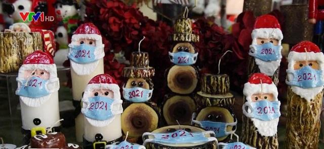 Mùa lễ hội khác biệt do COVID-19: Đi chợ qua cửa kính ô tô, chocolate ông già Noel đeo khẩu trang... - ảnh 6