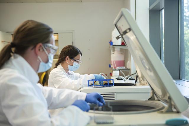 Thái Lan ký thỏa thuận mua 26 triệu liều vaccine COVID-19 của AstraZeneca - Ảnh 2.