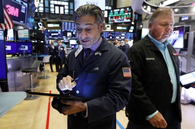 Nhà đầu tư Mỹ ồ ạt bán vàng, đổ tiền mua chứng khoán - Ảnh 1.