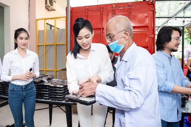 Hoa hậu Đỗ Thị Hà và 2 Á hậu giản dị trong chuyến từ thiện đầu tiên - Ảnh 2.