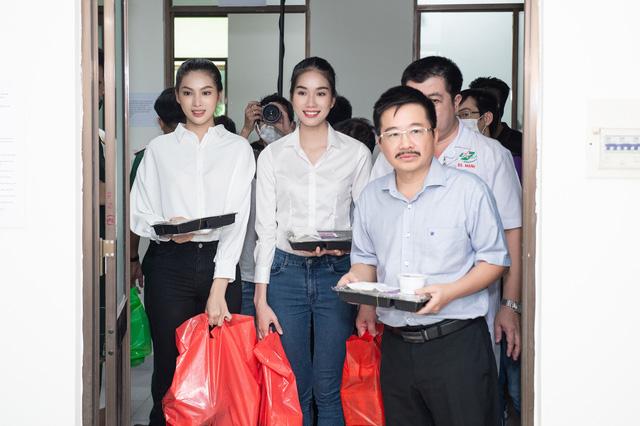 Hoa hậu Đỗ Thị Hà và 2 Á hậu giản dị trong chuyến từ thiện đầu tiên - Ảnh 1.