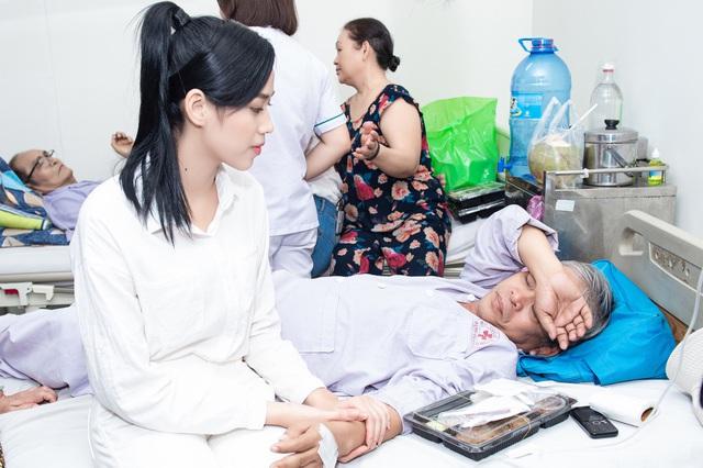 Hoa hậu Đỗ Thị Hà và 2 Á hậu giản dị trong chuyến từ thiện đầu tiên - Ảnh 6.
